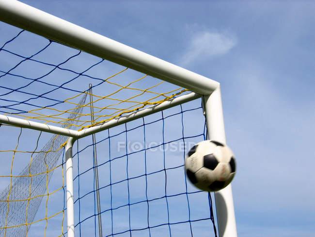 Bola de futebol voando no portão, gol do jogo — Fotografia de Stock