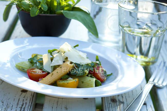 Italian pasta salad with Parmesan cheese and arugula — Stock Photo
