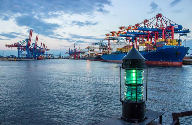 Контейнерного порту в море, порт Гамбург і зелений ліхтар — стокове фото