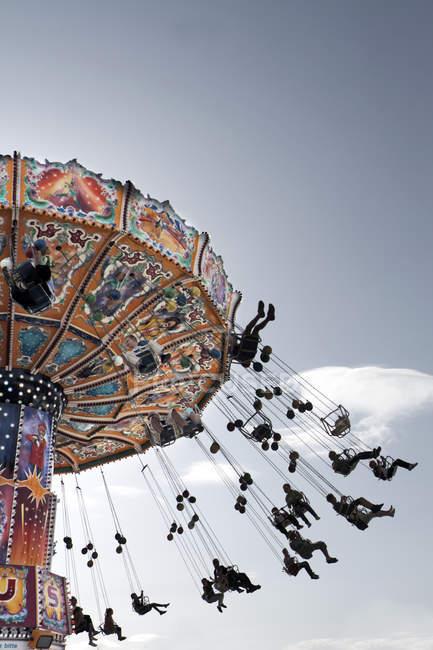 Chaîne swing ride carrousel avec les gens — Photo de stock
