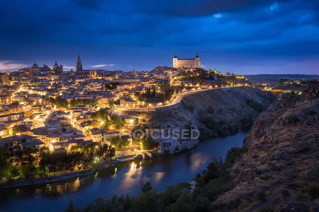 Толедо города, исторический испанской архитектуры, освещенной ночью — стоковое фото