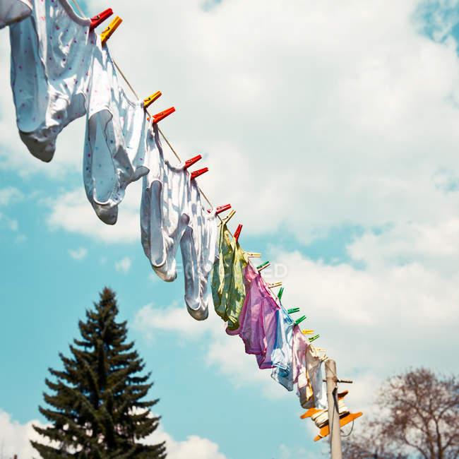 Stendibiancheria con lavanderia, lavatrice giorno di mutandine d'attaccatura — Foto stock
