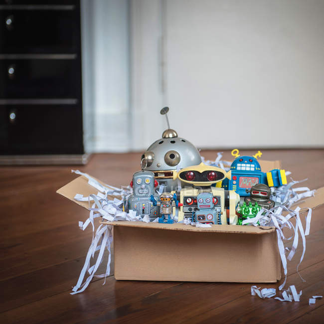 Juguetes vintage, robots en caja de cartón - foto de stock