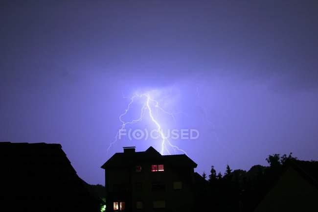 Небезпечні світильниками вище даху будинку — стокове фото