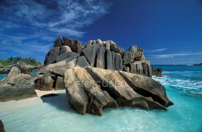 Пляж з скелі в океан води на острові Сейшельські острови — стокове фото