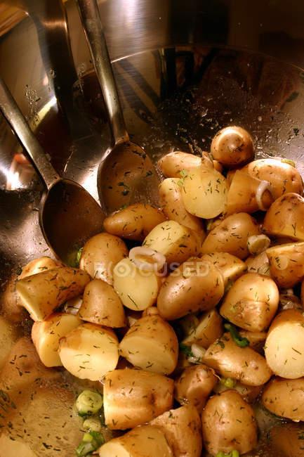 Cottura delle patate in padella con i cucchiai — Foto stock