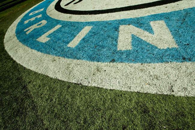 Campo de fútbol con el logotipo del equipo de Berlín - foto de stock