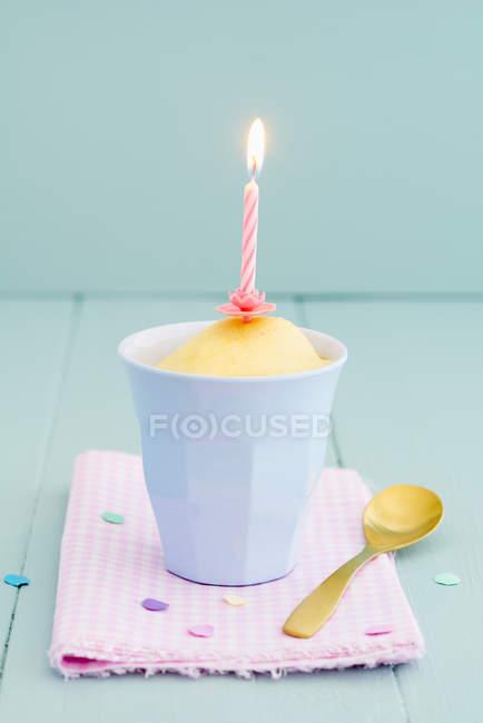День народження торт кухоль з запалену свічку і ложка — стокове фото