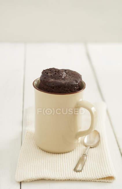 Гуртка шоколаду торт в чашку з серветку і ложка — стокове фото