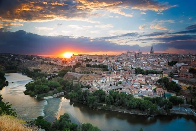 Toledo cidade, arquitetura espanhola, rio e belo pôr do sol — Fotografia de Stock