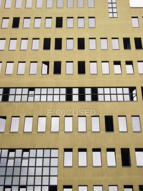 Finestre e facciata esterna dell'edificio — Foto stock