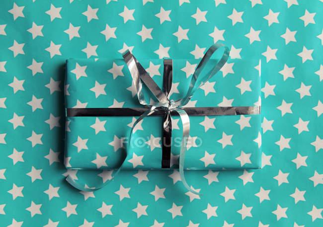 Загорнуті подарунковій коробці з стрічкою, упаковки паперу з зірками — стокове фото