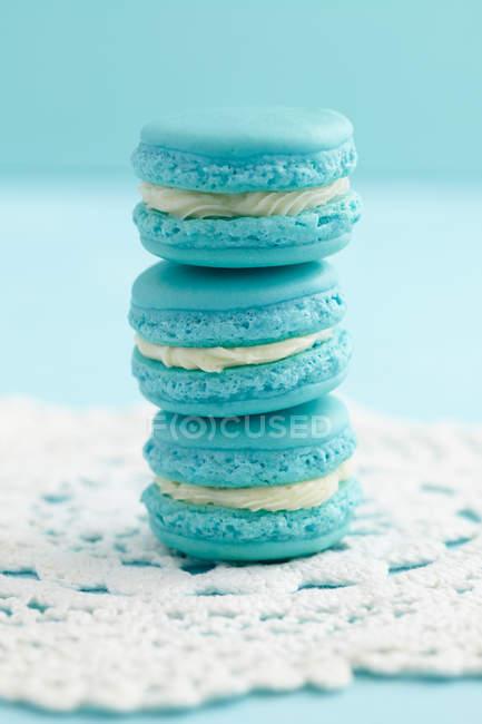 Бірюзові мигдалеве печиво, французький macarons на серветці — стокове фото