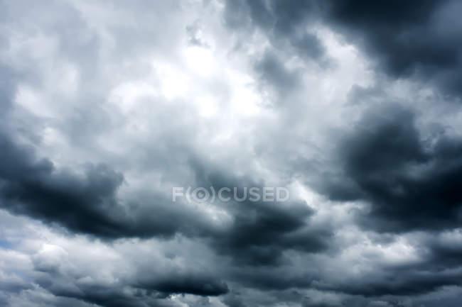 Дождей темное небо с облаками — стоковое фото