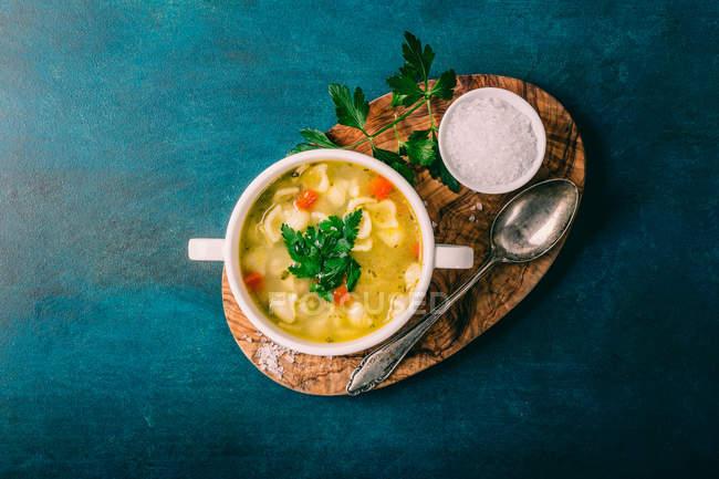 Draufsicht einer Gemüsesuppe mit Nudeln — Stockfoto
