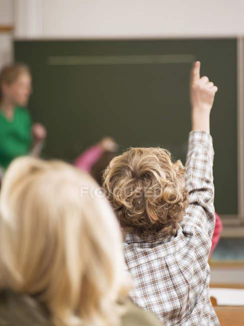Retro vista dei bambini alunni a scuola con insegnante — Foto stock