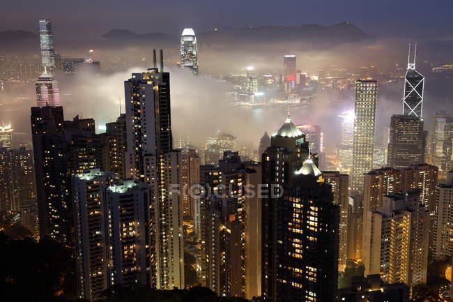 Edificios de la ciudad de Hong Kong en la noche - foto de stock
