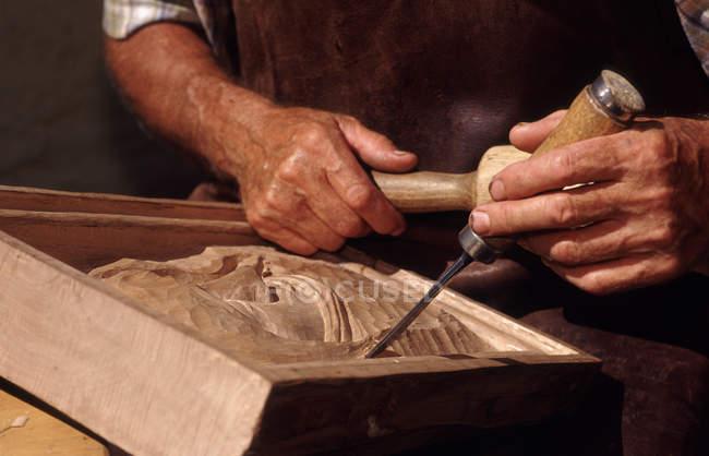 Частковим видом чоловічої руки, людина різьблення деревини — стокове фото