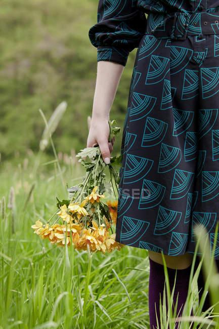 Куповані образ жінки holding соняшниками букет — стокове фото