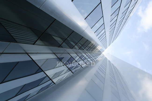 Edifício futurista, com fachada de vidro, baixo ângulo de tiro — Fotografia de Stock