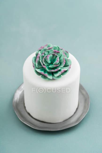 Pastel de boda con flores de mazapán decoradas en la parte superior - foto de stock