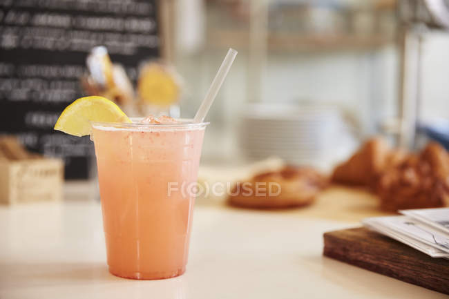 Take away plastic cup with straw and lemonade — Stock Photo