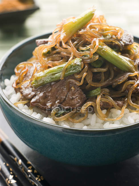 Японський рис блюда з яловичини і Сіратакі локшиною — стокове фото