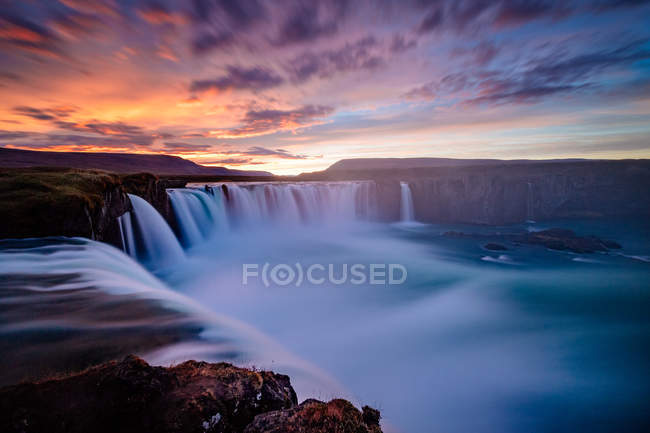 Движения течет водопад и закат небо — стоковое фото