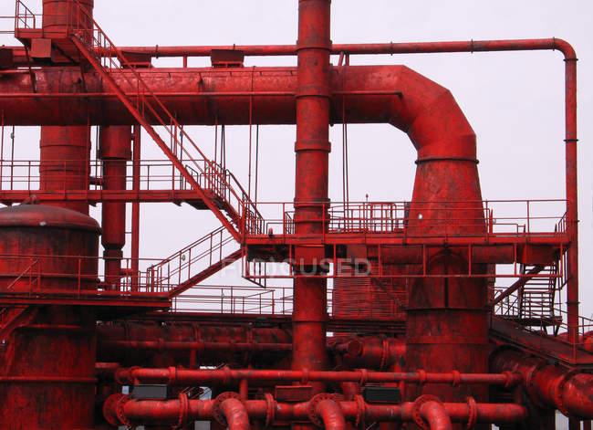 Rote Treppen und Rohre von Industriegebäuden — Stockfoto