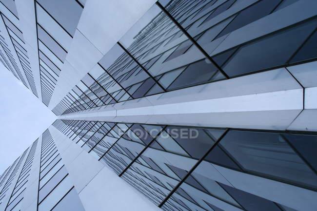 Prédio com fachada de vidro, baixo ângulo de tiro — Fotografia de Stock