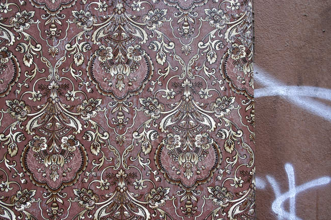 Retro brown pattern wallpaper on wall — Stock Photo