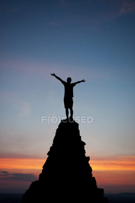 Free person standing on rock top above sunset view — Stock Photo