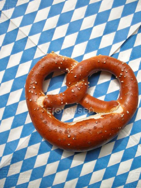 Коричневий крендель солоний баварської на стіл, — стокове фото