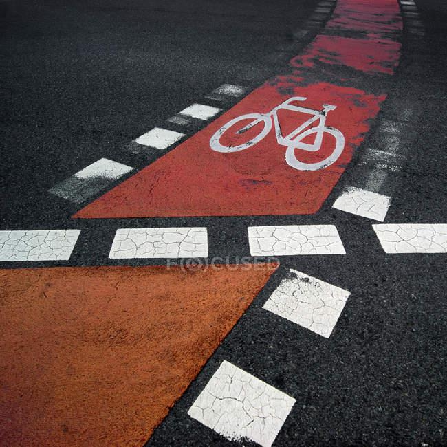 Велосипед красная линия на дороге — стоковое фото