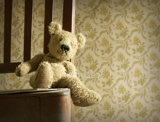 Игрушка мягкая Мишка на стул в номере с старый старинке Обои — стоковое фото