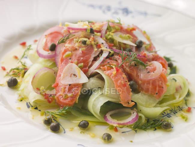 Vorspeise-Salat Lachs mit Gurken — Stockfoto