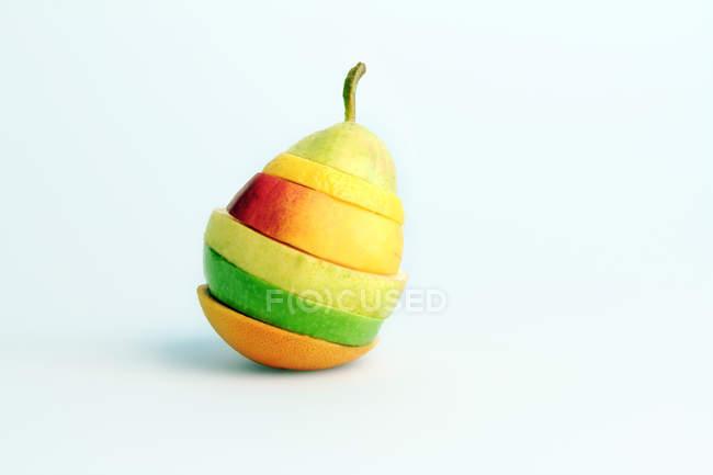 Mistura de fatias de frutas diferentes em pera — Fotografia de Stock