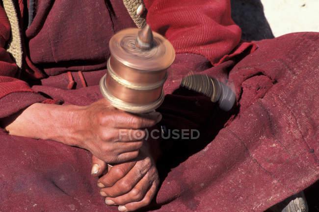 Teilansicht des betenden Mönch, Gebetsmühle — Stockfoto