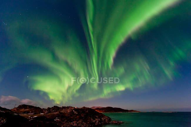 Aurora borealis green lights in dark blue sky - foto de stock