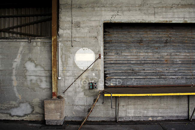 Persiane di legno chiuse su finestra di vecchio edificio invecchiato — Foto stock