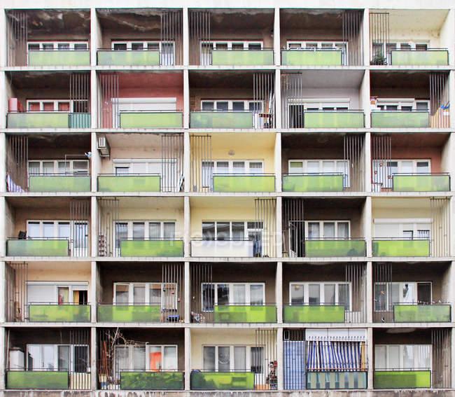 Imagen de fotograma completo de casa con ventanas y balcones del edificio - foto de stock