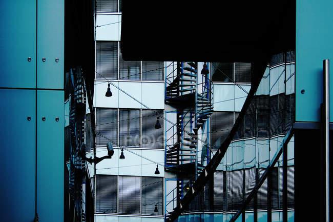 Edificio de oficinas con fachada de cristal - foto de stock