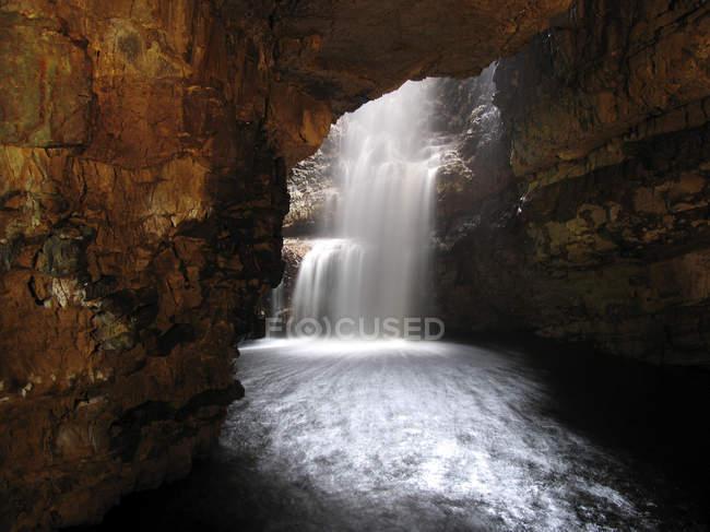 Водопад и река в гла пещера, Дернесс в Сазерленд, Хайленд, Шотландия — стоковое фото