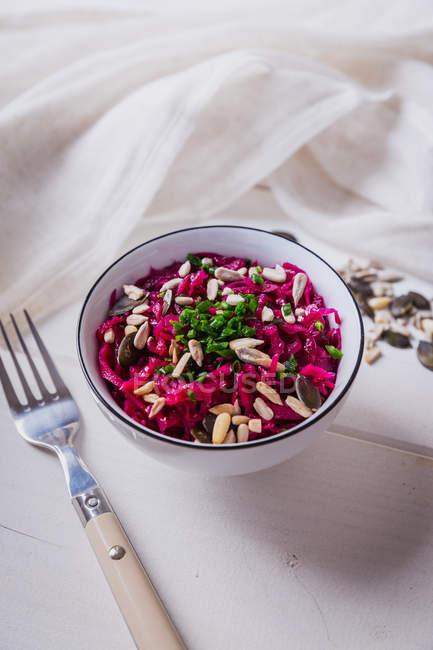 Insalata di lattuga di barbabietola, cibo vegan — Foto stock