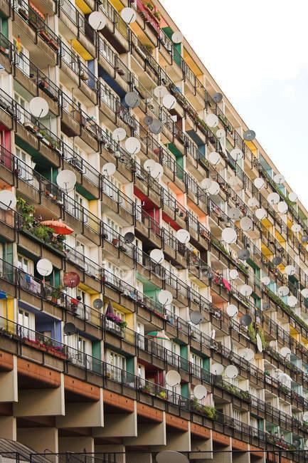 Casa residencial con balcones y ventanas, superpobladas - foto de stock