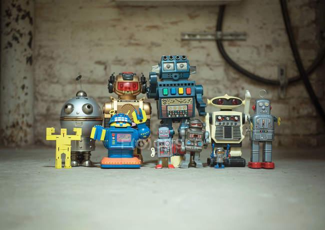 Brinquedos de robôs mecânicos na parede de tijolo — Fotografia de Stock