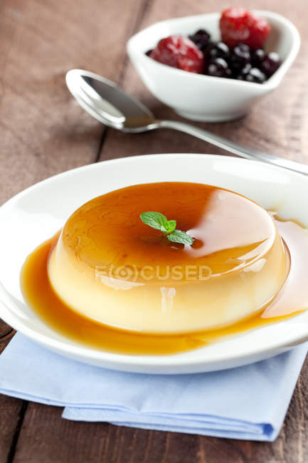 Panna Cotta Dessert mit Karamell-sauce — Stockfoto