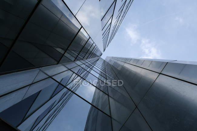 Edifício moderno com fachada de vidro, baixo ângulo de tiro — Fotografia de Stock