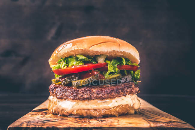 Restauration rapide, savoureux gros cheeseburger, studio shot — Photo de stock
