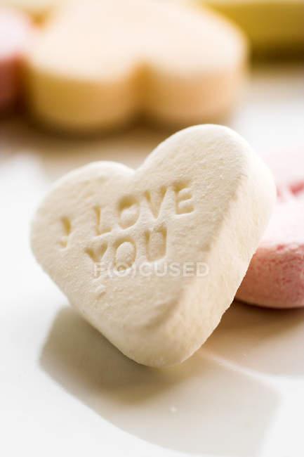 Cuore di caramelle con messaggio d'amore ti amo — Foto stock